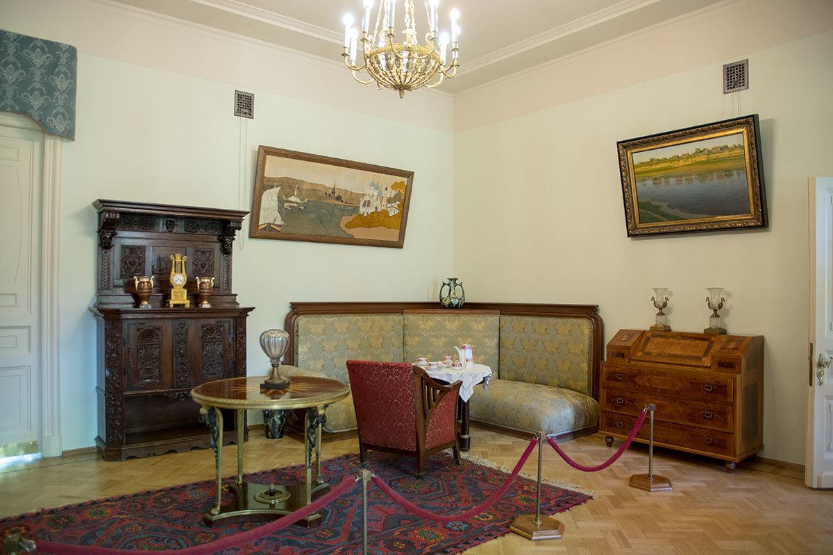 Первое помещение на втором этаже Музея-усадьбы Ленина в Горках – проходное, меблировка здесь собрана из разнотипных предметов.
