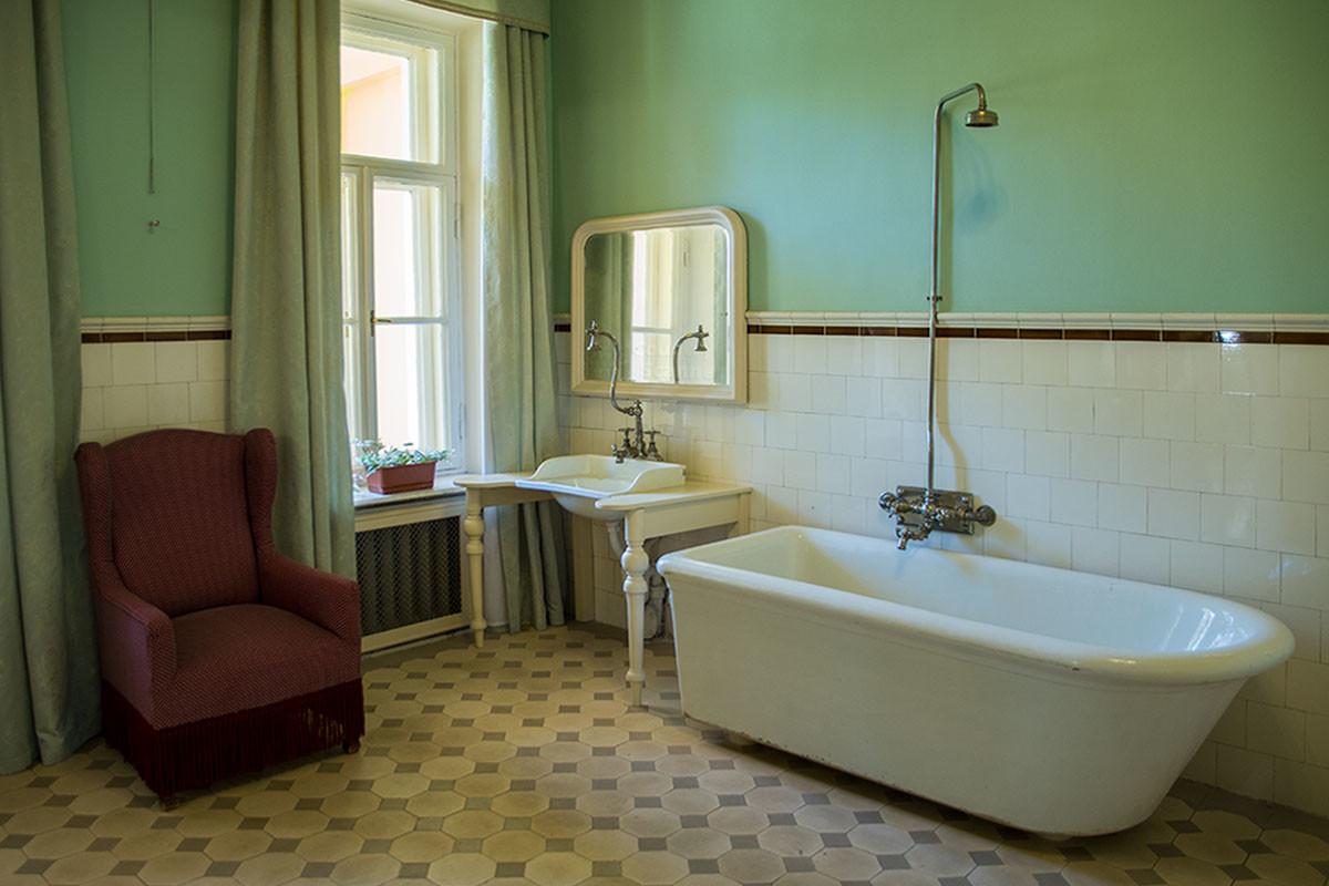 Мужская ванная комната Музея-усадьбы Ленина в Горках оборудована сантехникой без гибких шлангов и выглядит непривычно.
