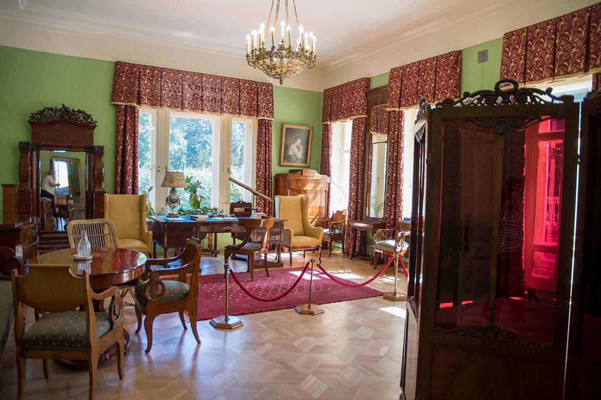 Рабочий кабинет вождя в Музее-усадьбе Ленина в Горках размещался в аналогичном по назначению помещении прежней хозяйки.