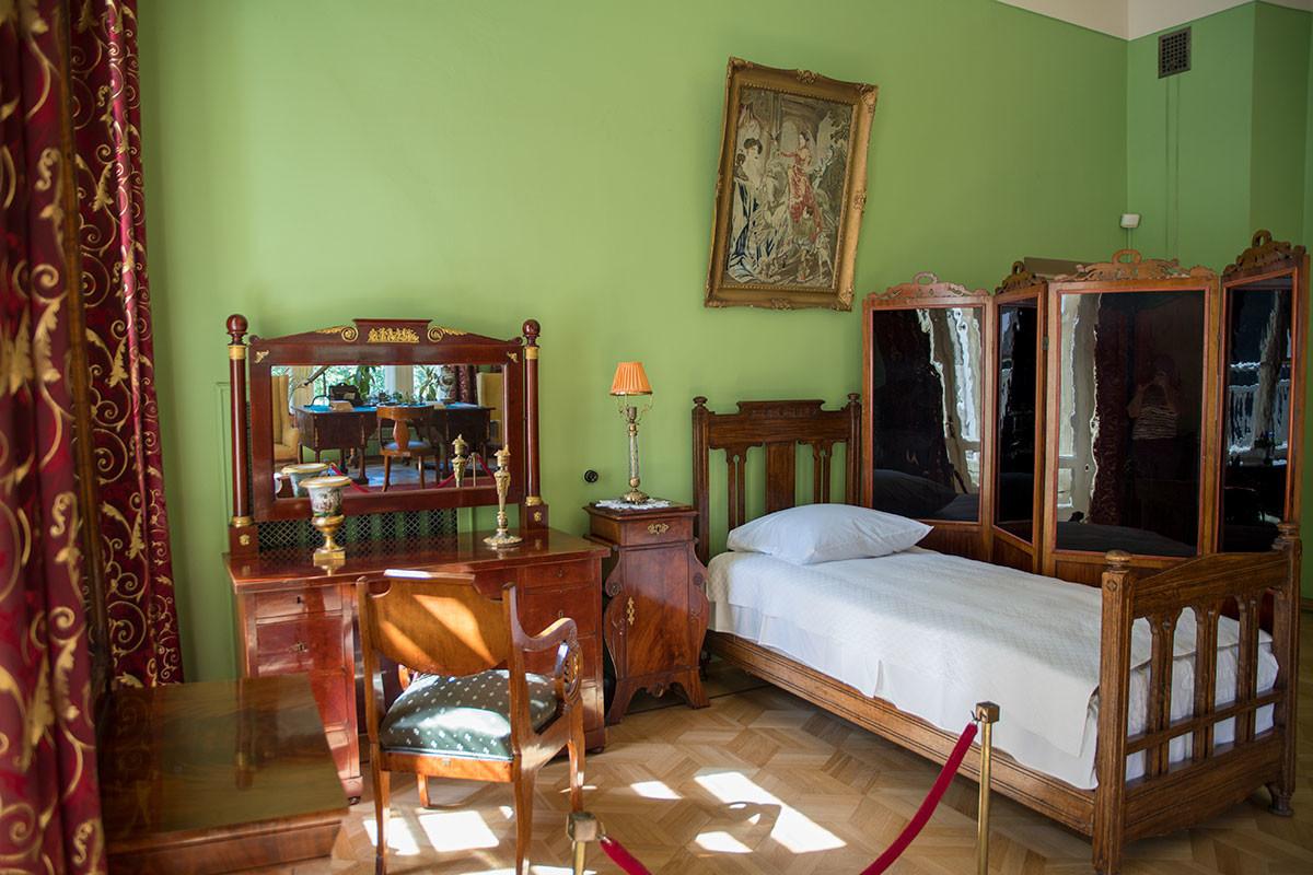 Музей-усадьба Ленина в Горках сохраняет на прежнем месте кровать Крупской, за ширмой в кабинете тяжело больного супруга.