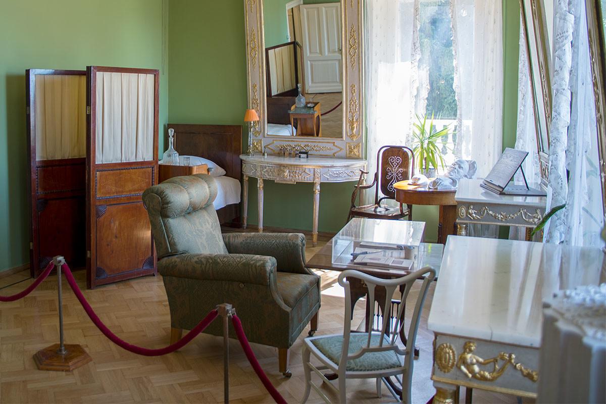 Мемориальная спальня вождя в Музее-усадьбе Ленина в Горках, где он и скончался, хранит копии посмертной маски и слепков кистей рук.