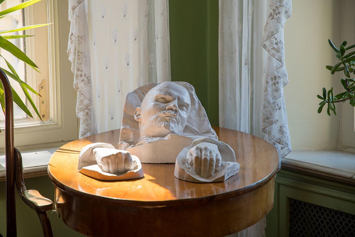 Посмертные слепки Владимира Ильича, копии которых хранит Музей-усадьба Ленина в Горках, выполнил известный скульптор Меркуров.