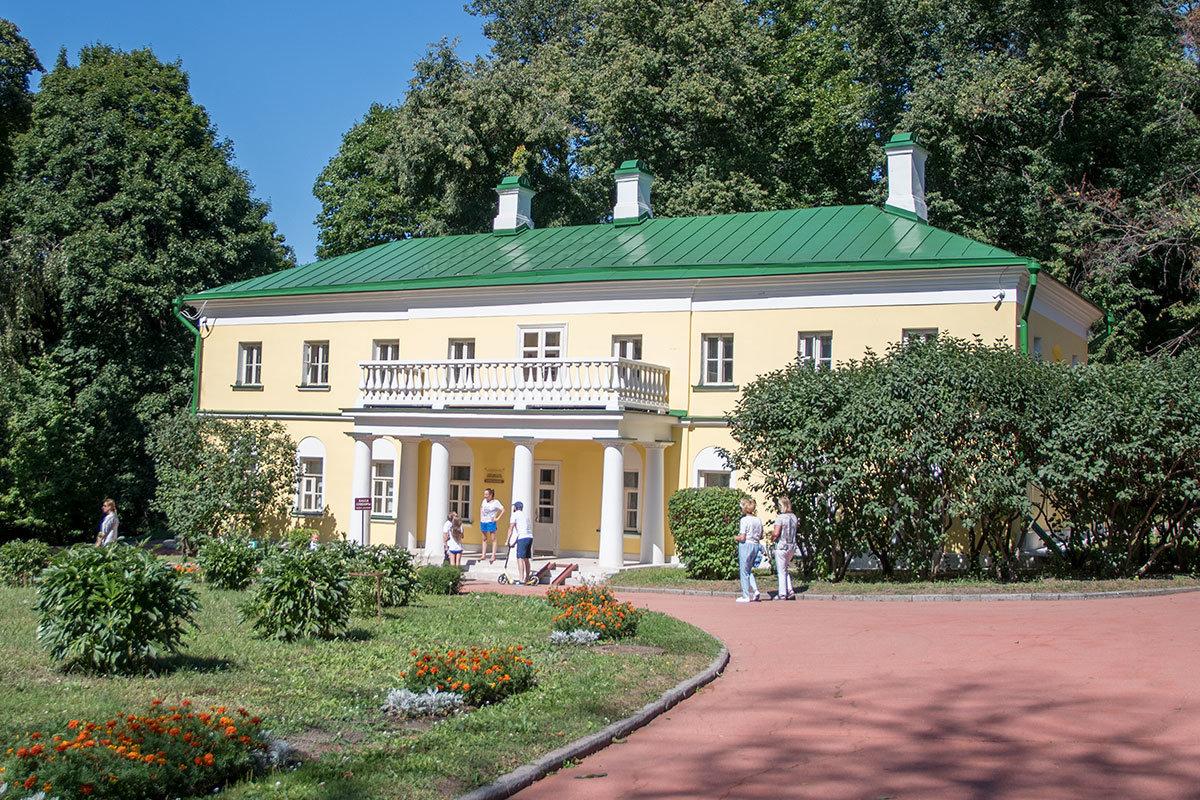 Музей-усадьба Ленина в Горках предлагает начать экскурсию с северного флигеля, где первоначально поселилось семейство Ульяновых.