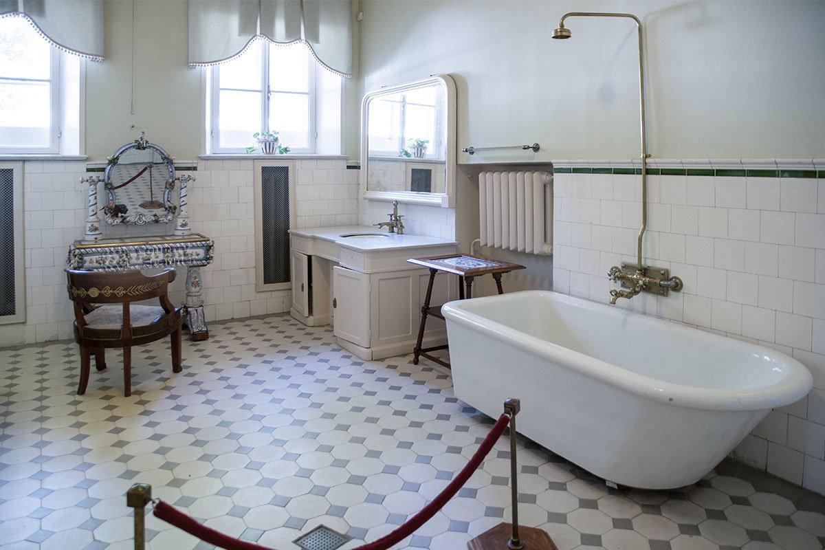 Ванная комната Морозовой в Музее-усадьбе Ленина в Горках содержит туалетный стол из фарфора производства Мейсенской фабрики.