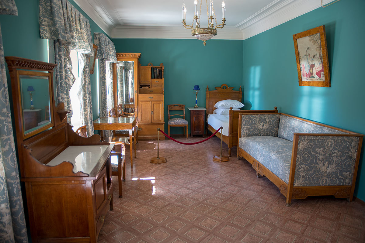 Временная комната Крупской в северном флигеле даже просторнее других помещений, которые показывает Музей-усадьба Ленина в Горках.