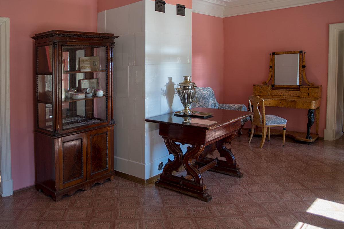 В комнате сестры вождя Музей-усадьба Ленина в Горказ представляет часть коллекции фарфоровой посуды дореволюционной хозяйки.