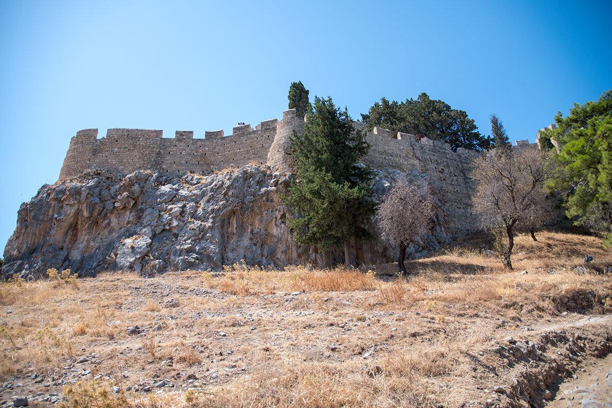 Высокая сохранность сооружений Акрополя близ селения Линдос привлекает множество любителей достопримечательностей.