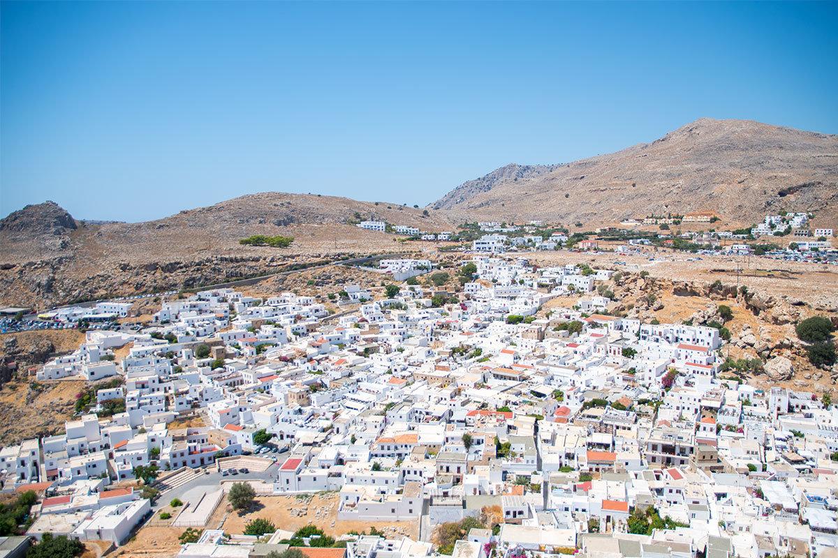 Обширная панорама белоснежных строений селения Линдос открывеется со стометровой вершины холма, где возвышается Акрополь.