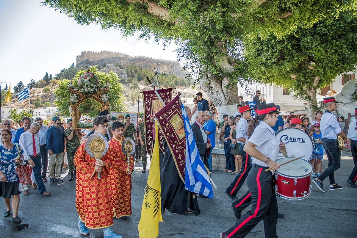 Крестный ход в селении Линдос, как и всюду в Греции, совмещает церковное шествие с подобием военного парада, участвуют все!