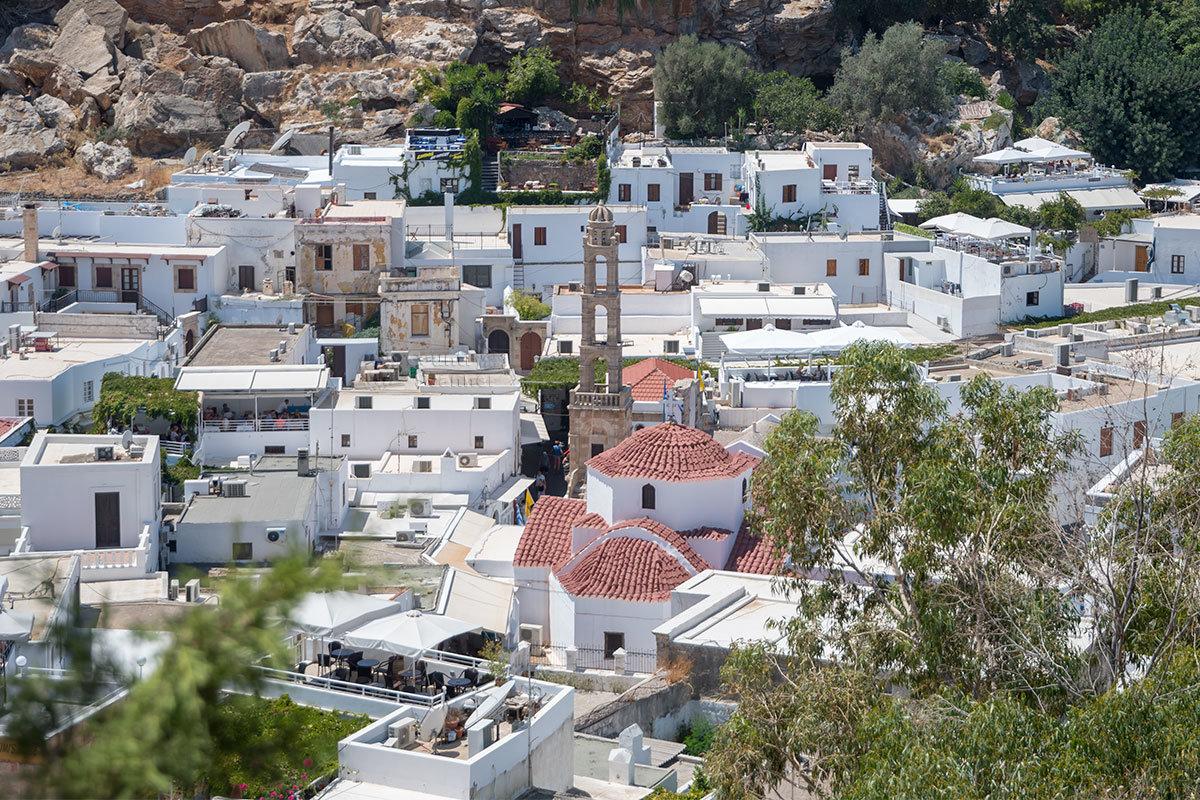 Не единым Акрополем привлекает Линдос туристов, а для местных жителей Святоникольская церковь определенно важнее и дороже.