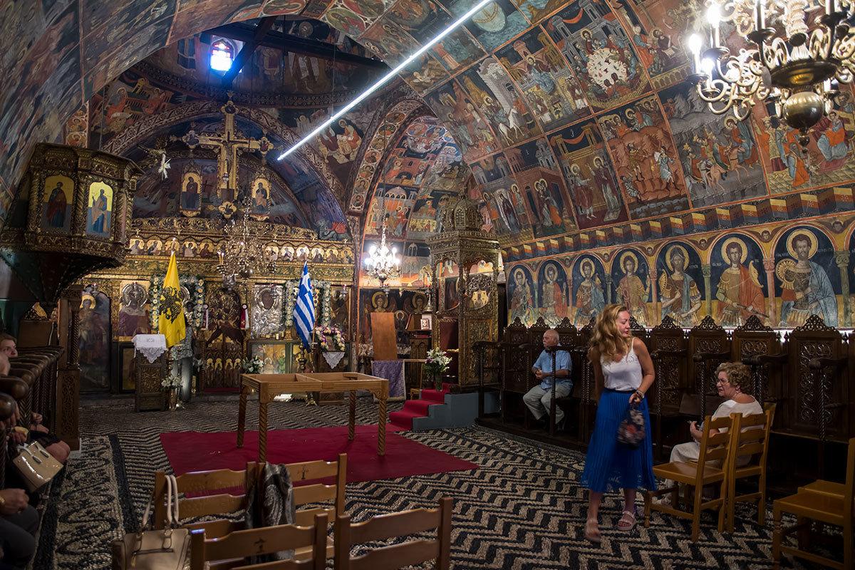 Все особенности внутреннего устройства и убранства греческих православных церквей можно изучить в селе Линдос на примере Святониколаевской церкви.