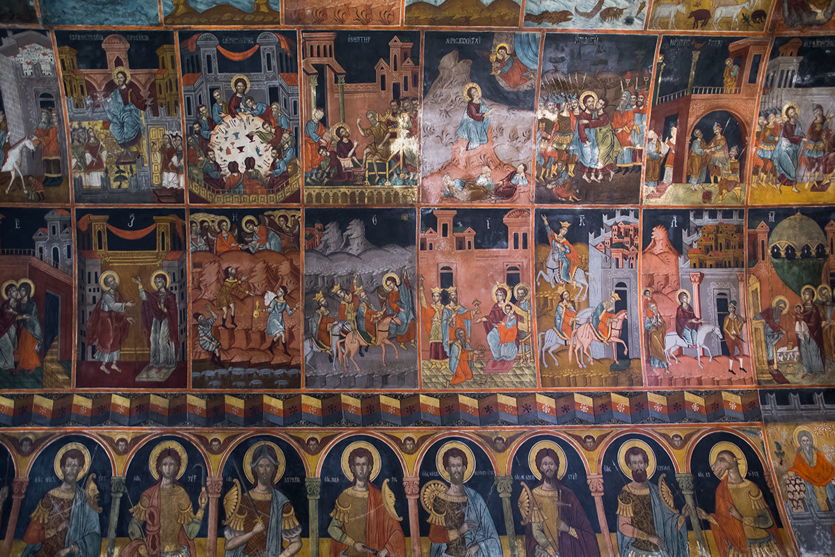 Настенные фрески в Святониколаевской церкви селения Линдос являют яркий образец византийской иконописи, с библейскими сюжетами и обратной перспективой.