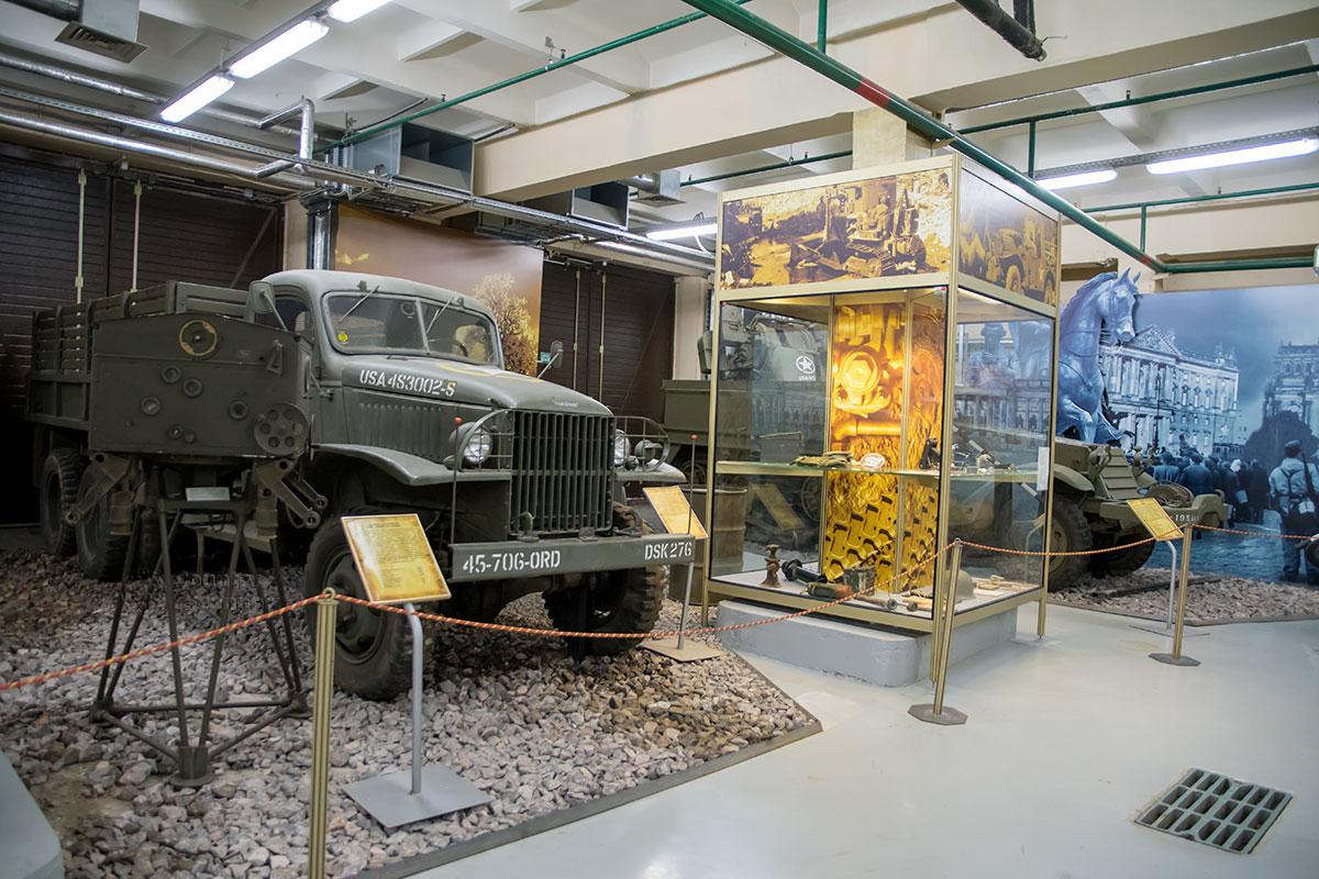 Американские грузовые автомобили Студебеккер и Шевроле, настоящие моторы войны, составили половину средств транспорта, поставленных по ленд-лизу.