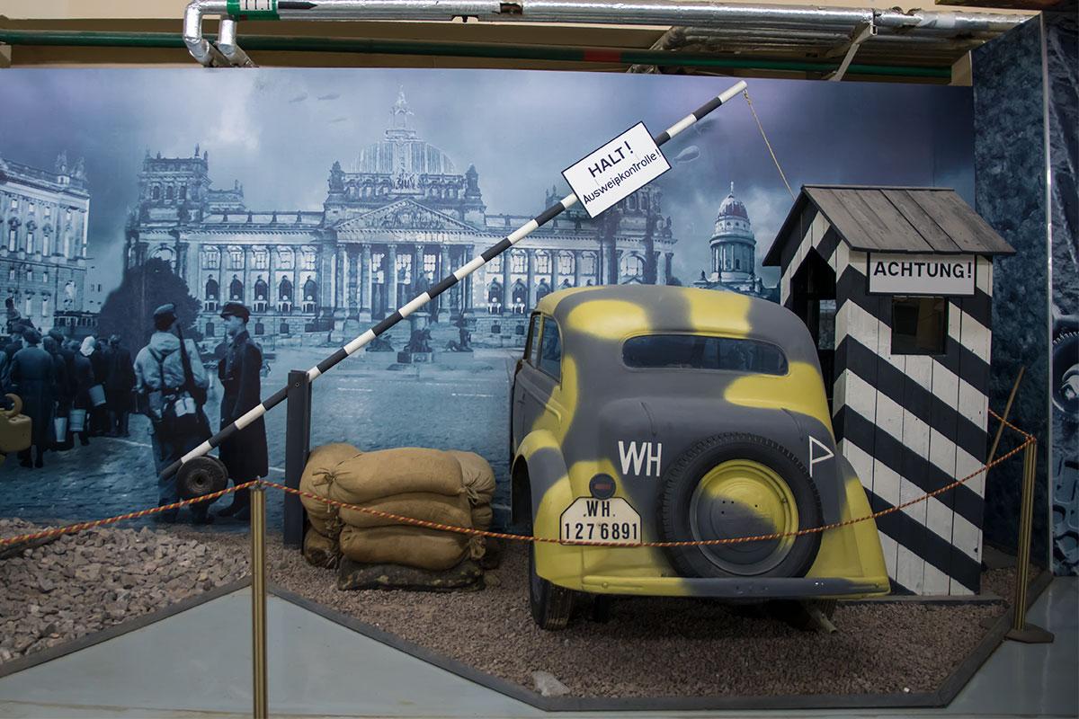 Художественная инсталляция на торцевой стене помещения выставки моторы войны показывает Берлин перед началом его штурма Красной армией.