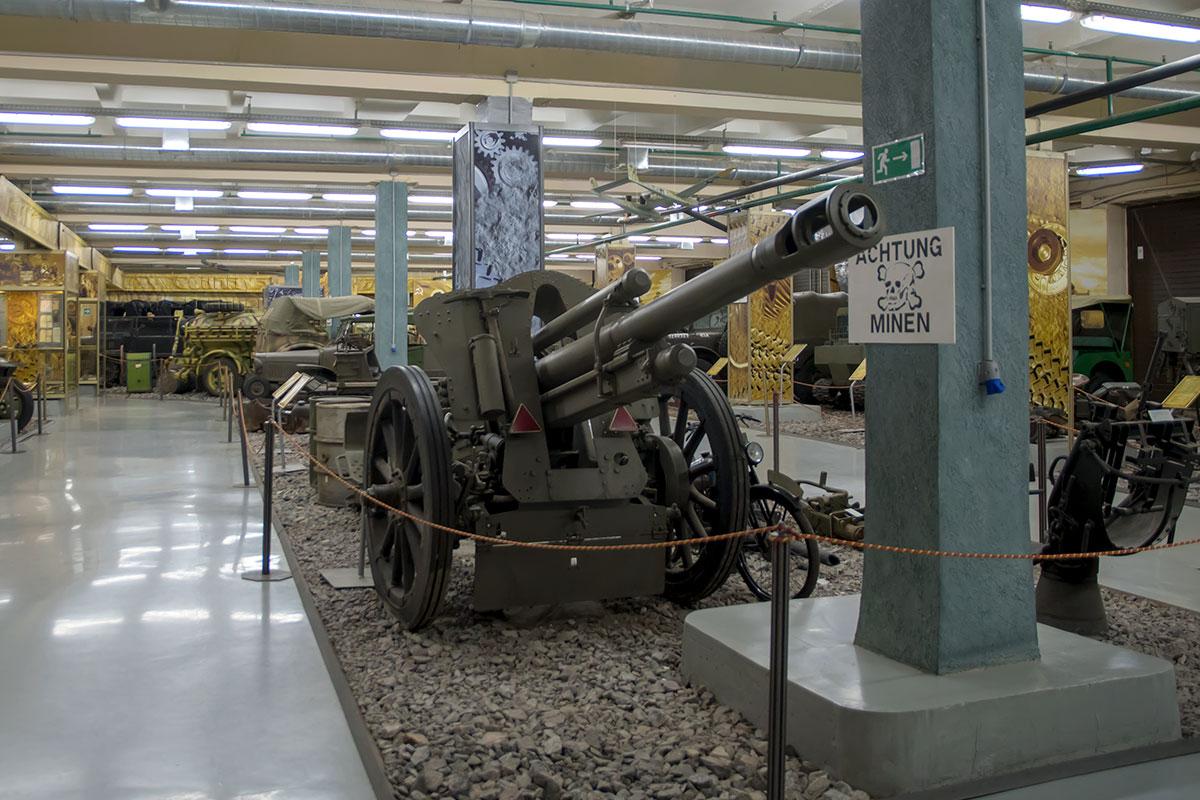 Немецкая 105-миллиметровая гаубица М-18, представленная выставкой моторы войны, маркирована задним числом из-за запрета на разработку оружия.
