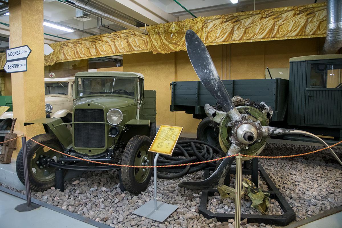 Знаменитую полуторку, одну из главных моторов войны, в боевые годы делали без передних тормозов и бампера, с одной фарой и щеткой стеклоочистителя.