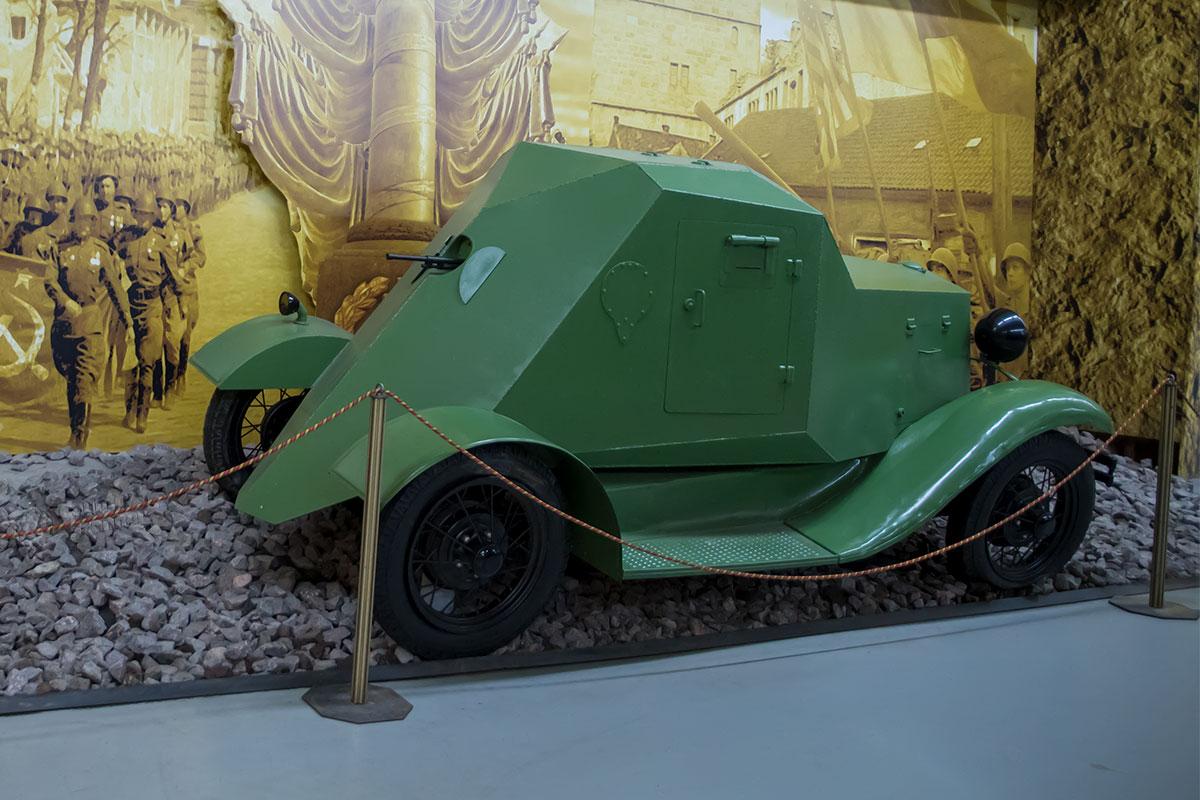 Среди экспонатов выставки моторы войны есть экспонаты немного странные, как эта пародия на броневик, больше похожая на собачью будку.