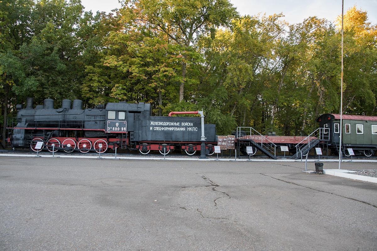 Паровоз и образцы подвижного состава выставлены на собственном пути открытого музея военной техники в Парке Победы.