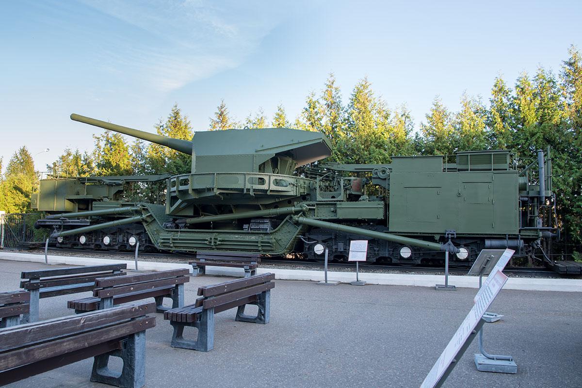 Мощный артиллерийский комплекс дальней стрельбы представлен в экспозиции открытого музея военной техники в Москве, в разделе ж/д войск.