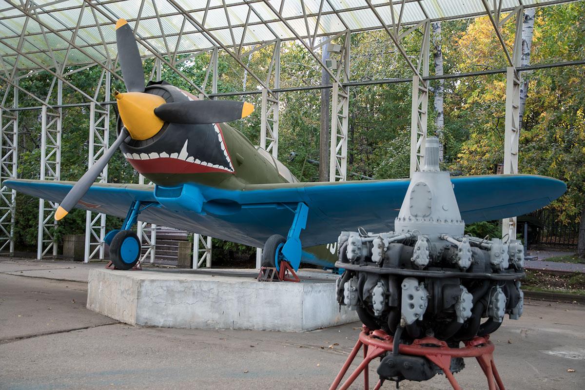 Украшенный акульей пастью истребитель конструкции Лавочкина представлен в экспозиции открытого музея военной техники.
