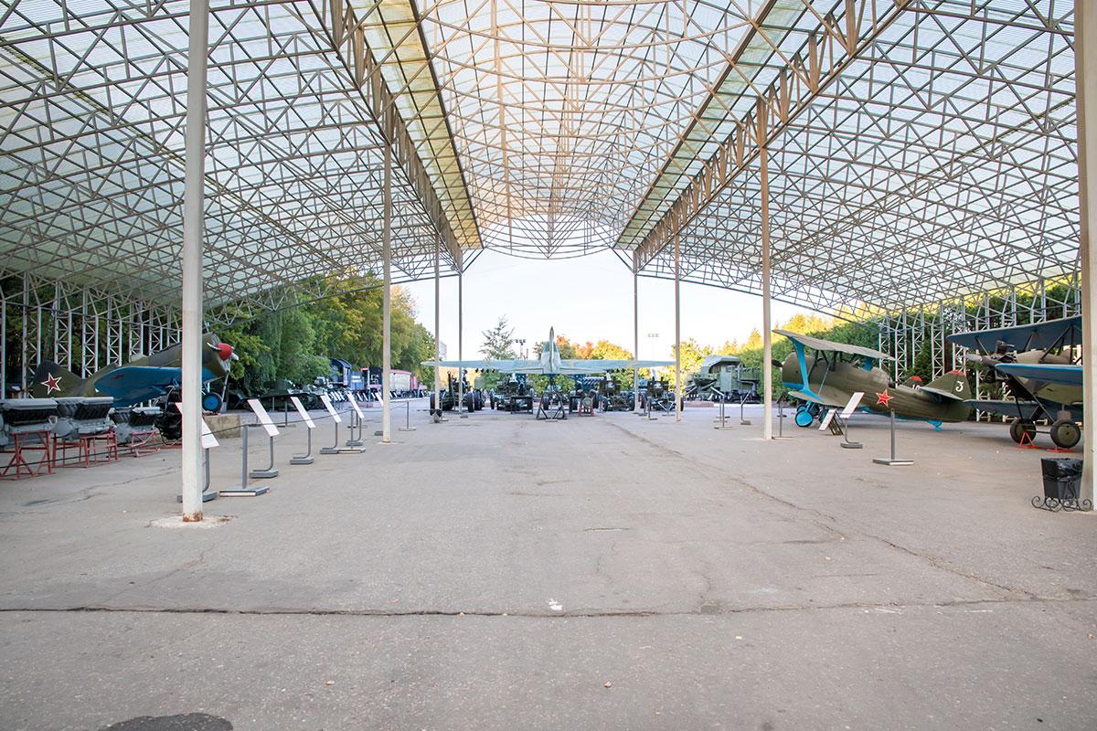 Ажурная конструкция навеса из современных материалов в открытом музее военной техники привлекает внимание посетителей наряду с экспонатами.