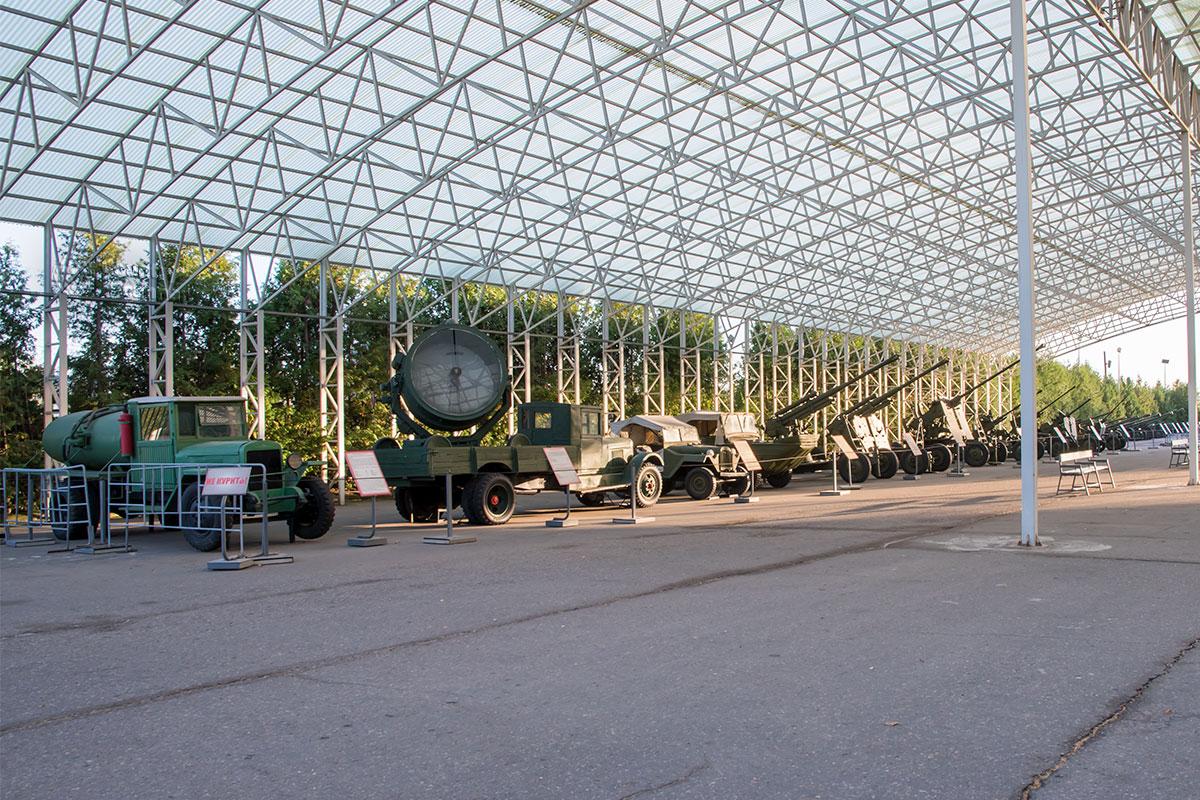 Второй прозрачный навес открытого музея военной техники часть площади предоставил под артиллерийские орудия и автомобили специального назначения.