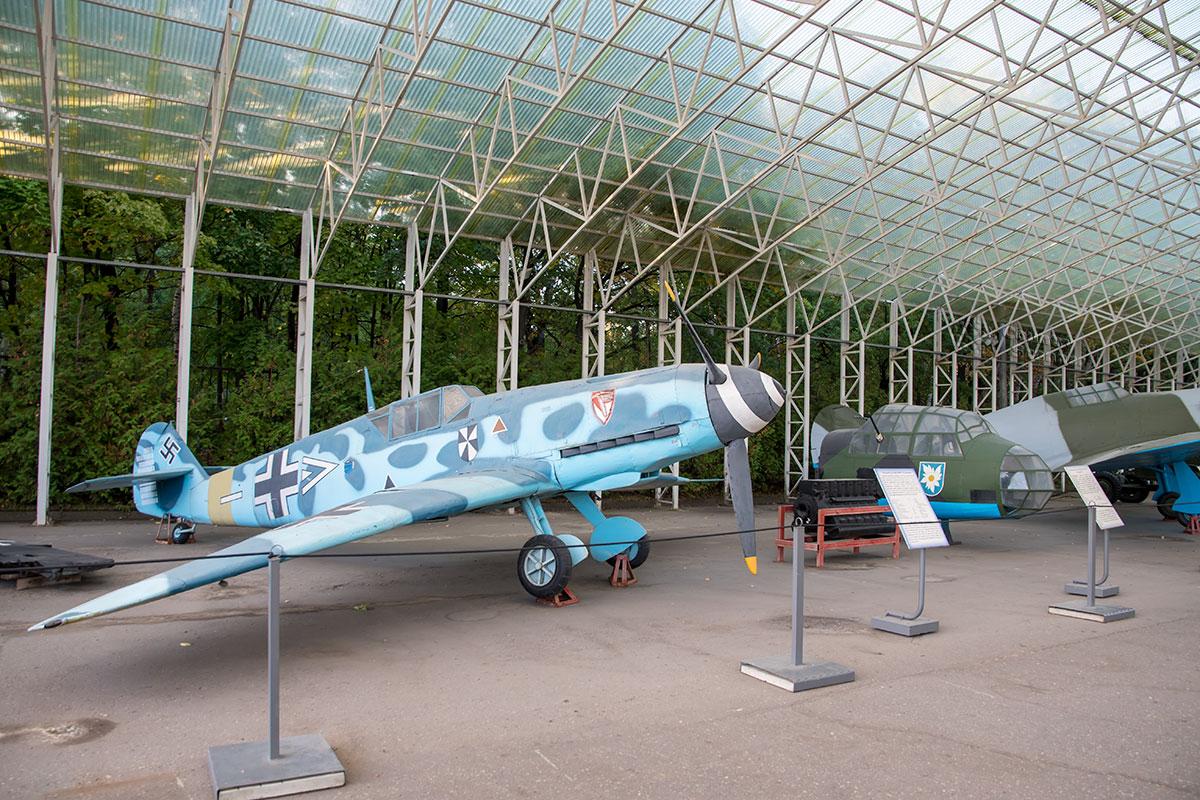 Немецкие самолеты открытый музей военной техники показывает поврежденными, кроме истребителя Ме-109, самого массового самолета этого класса.
