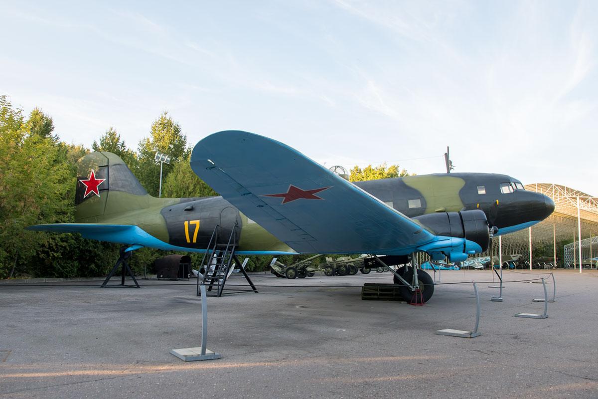 Вне навесов открытый музей военной техники демонстрирует крупногабаритный транспортный самолет, произведенный по американской лицензии.