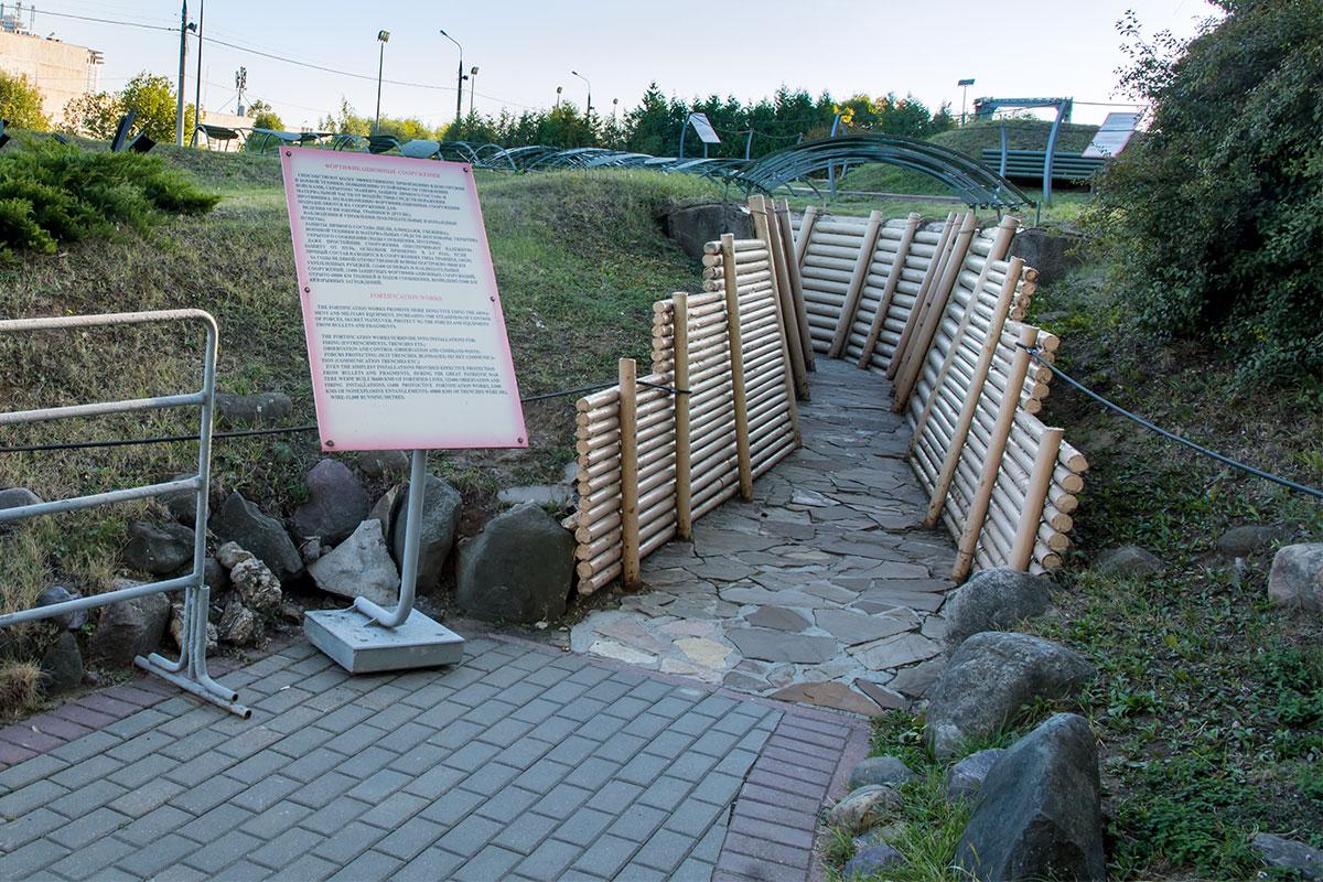 Демонстрируемые открытым музеем военной техники фортификационные сооружения выполнены из новеньких бревен, слишком условно выглядят.