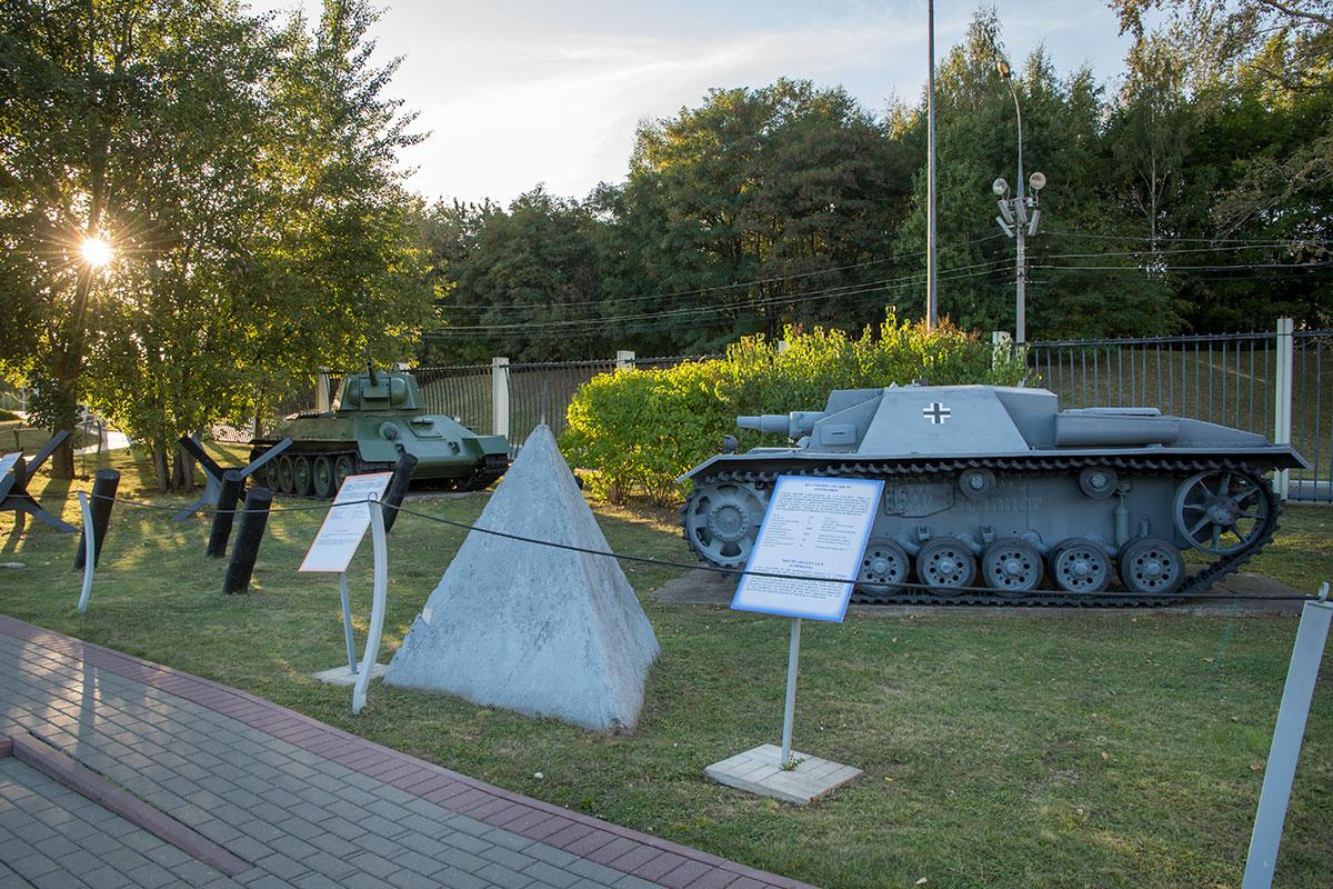 Открытый музей военной техники демонстрирует бронированные машины обеих воевавших сторон, а также заградительные приспособления.