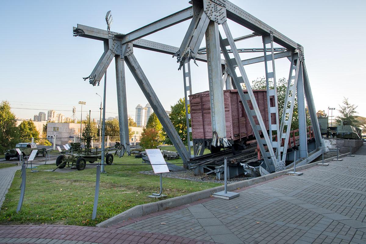 Макет взорванного партизанскими саперами моста выставлен в экспозиции открытого музея военной техники в московском Парке Победы.