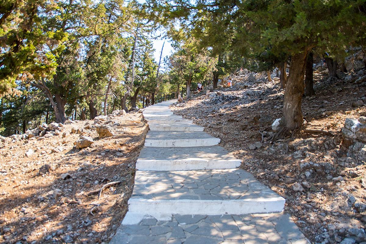 Никто не замерял рулеткой последний участок пути в Верхний монастырь Цамбика, но ровно 300 ступенек пройти пешком придется каждому.