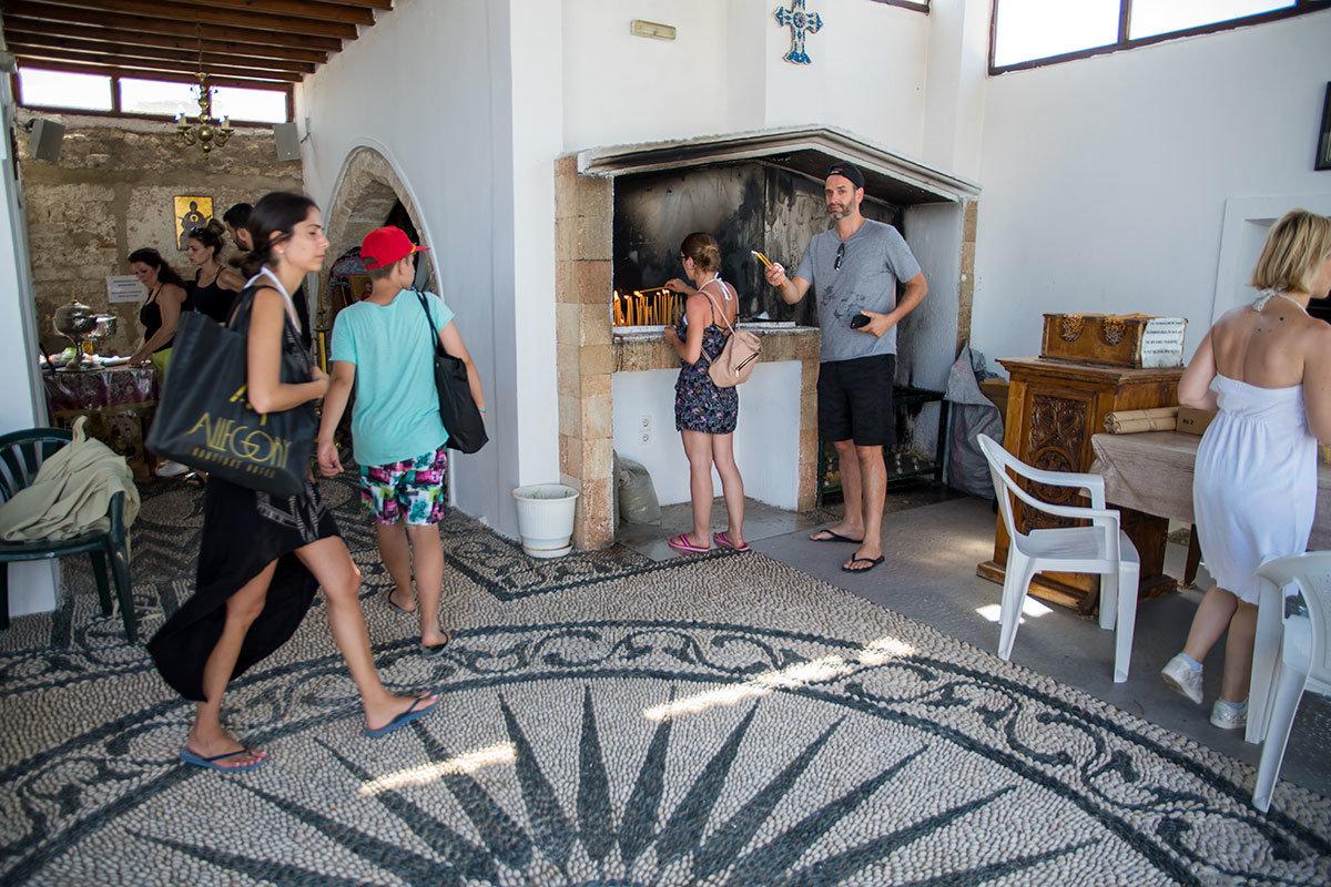 Нередкая на родосе мозаика из морской гальки черного и белого цветов украшает и помещение в Верхнем монастыре Цамбика.