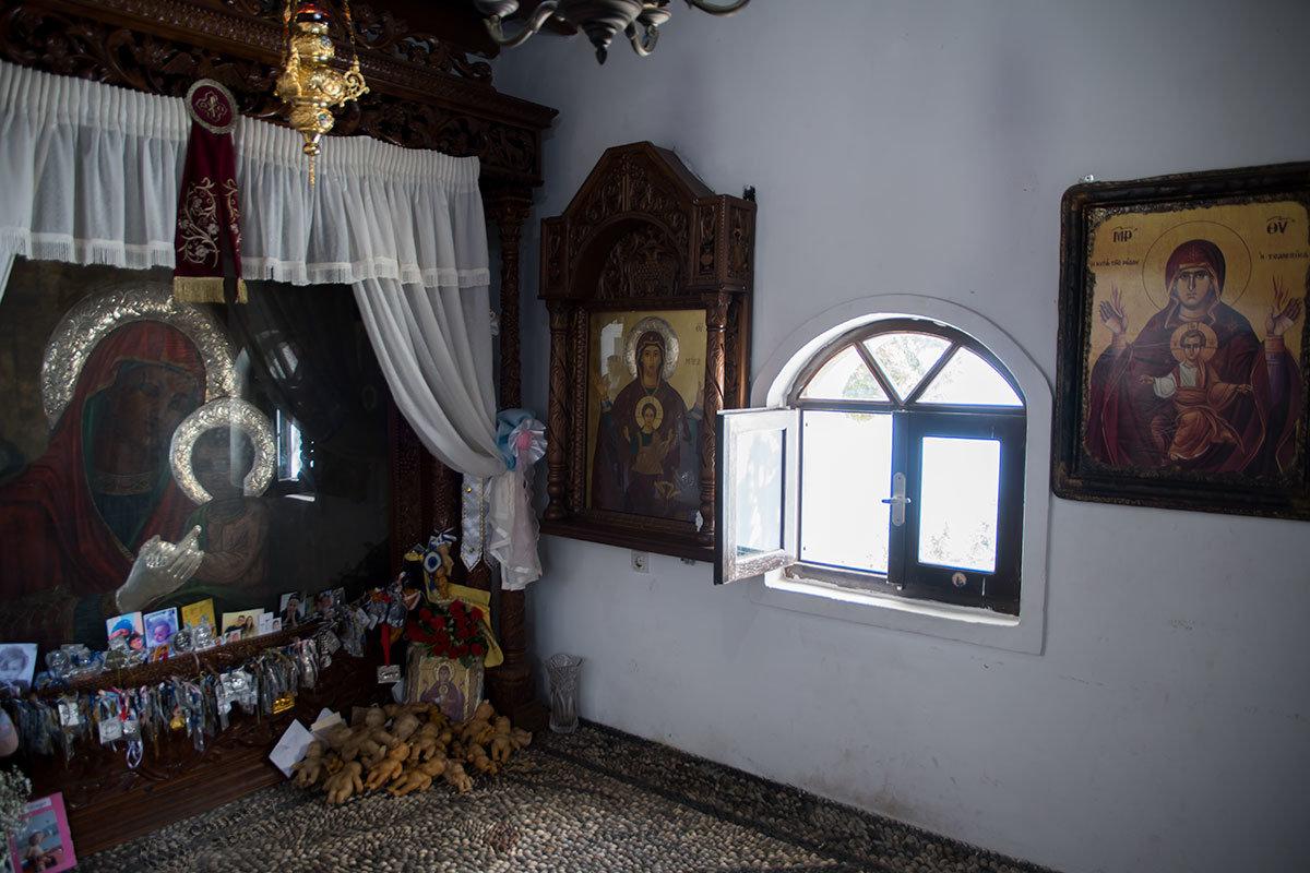 Существенным отличием Верхнего монастыря Цамбика являются подношения в виде фигурок младенцев, рпожденных с помощью чудотворной иконы.