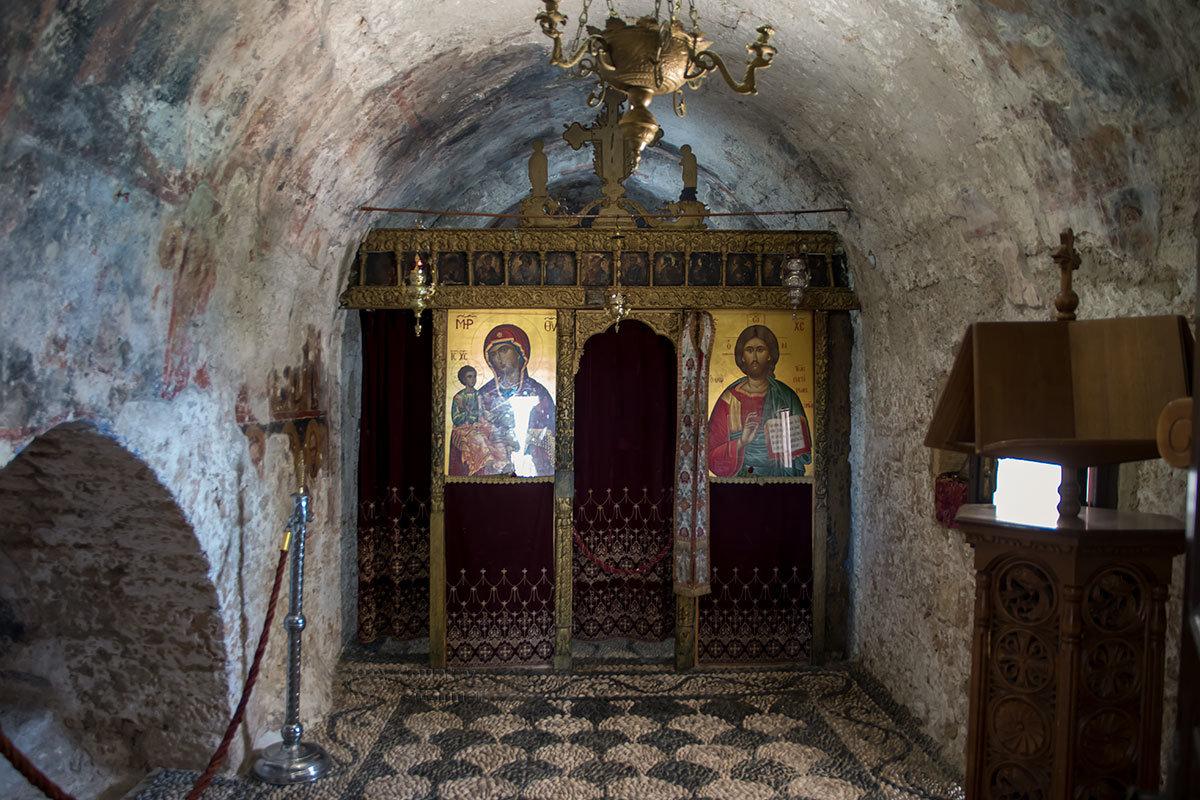 Алтарь церкви Верхнего монастыря Цамбика оформлен предельно лаконично из-за малых размеров, но отличается гармонией с мозаикой на полу.