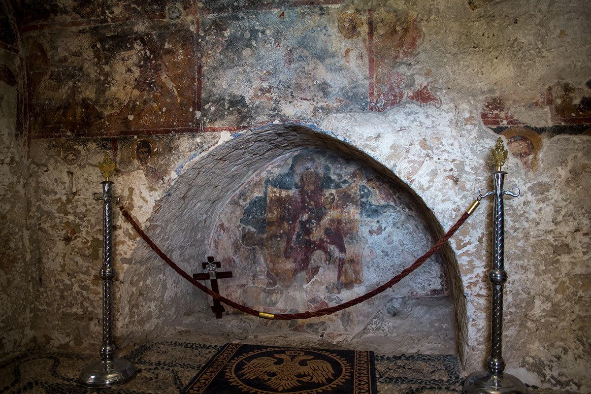 Неопознанная реликвия в каменной нише помещения Верхнего монастыря Цамбика относится, по изображениям герба, к византийскому периоду.