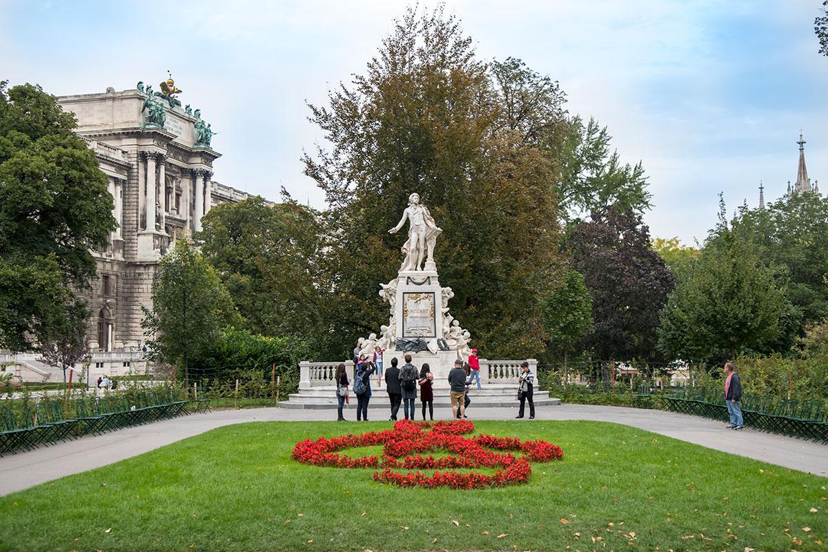 Монумент великому композитору и исполнителю Вольфгангу Амадею Моцарту – самый привлекательный объект парка Бурггартен.