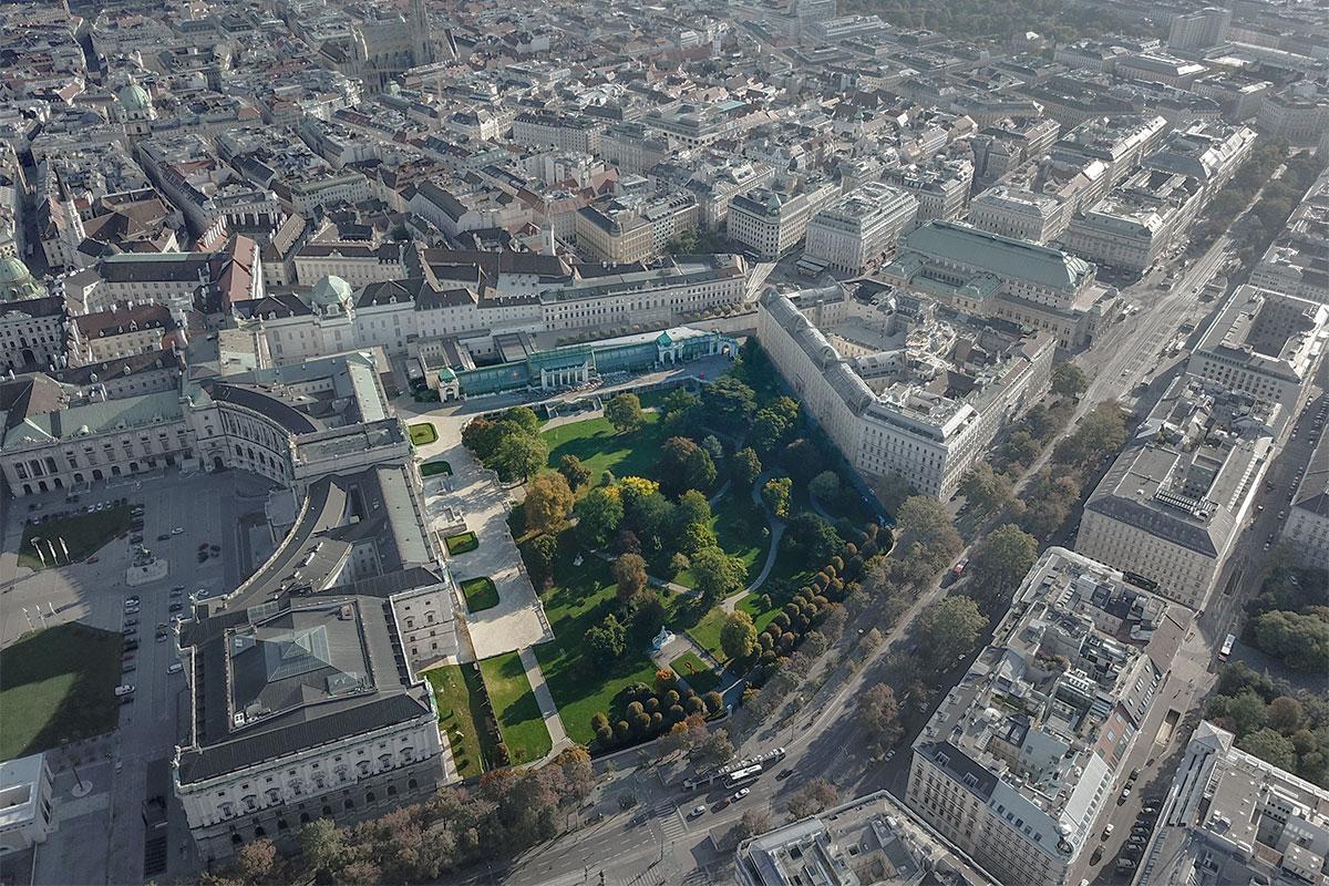 Компактный по размерам венский парк Бурггартен выполнен в английском пейзажном стиле, с неровным рельефом и извилистыми дорожками.