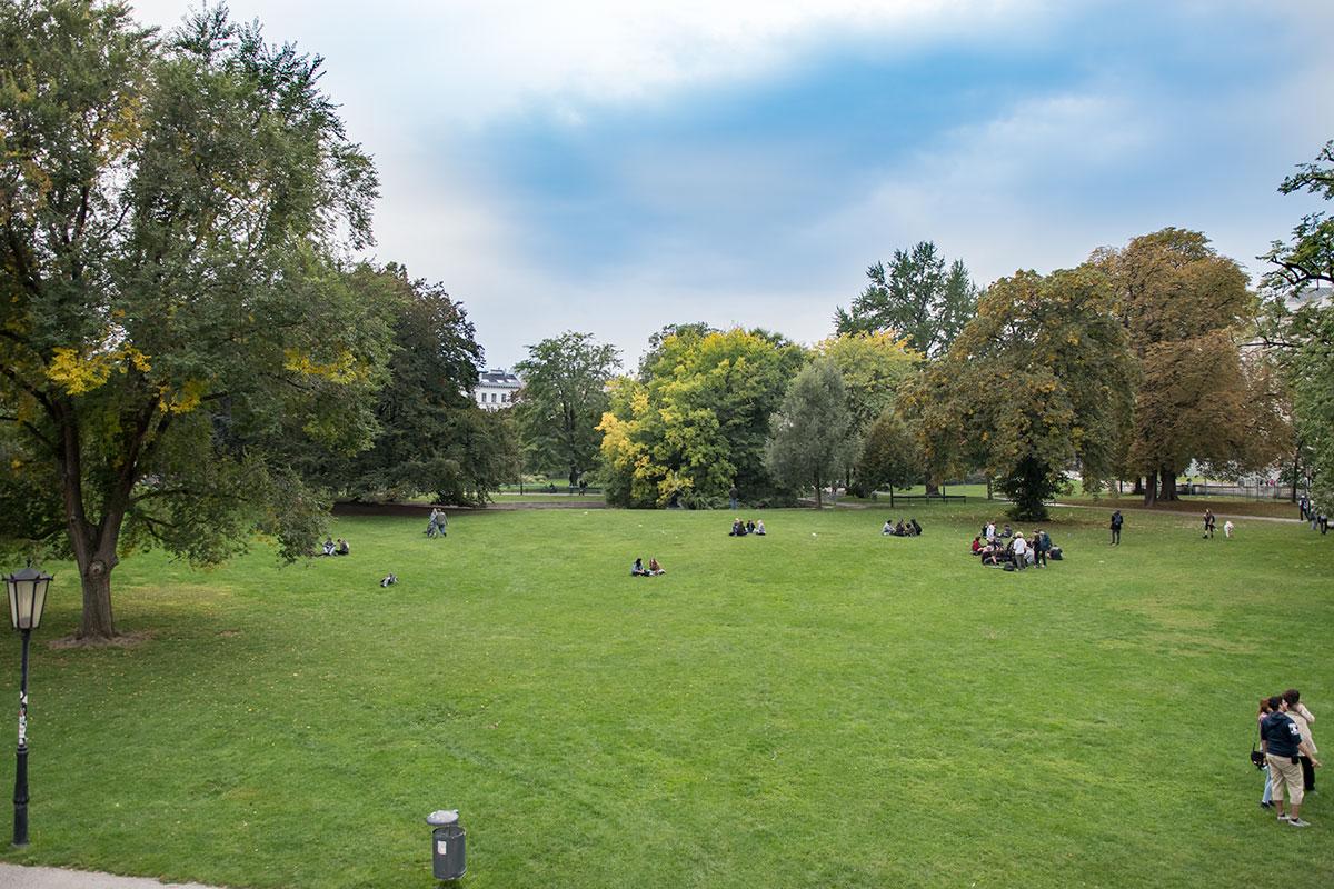 Высокие вековые деревья разнообразных пород, небольшие полянки и просторные лужайки – главная прелесть миниатюрного парка Бурггартен.