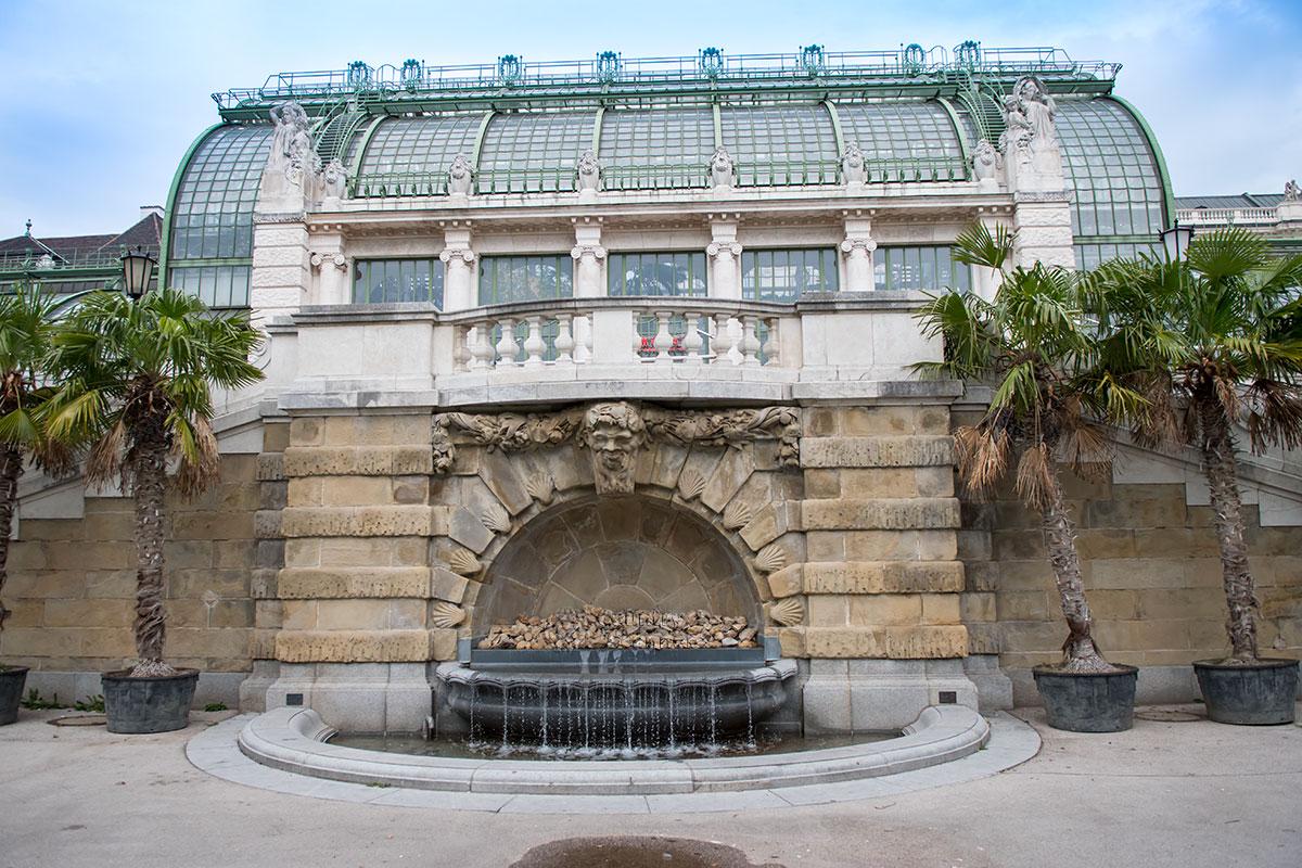 Привлекательности стеклянной конструкции Пальмового дома Бурггартена добавила пристроенная терраса с двухсторонней лестницей и пристенным фонтаном.