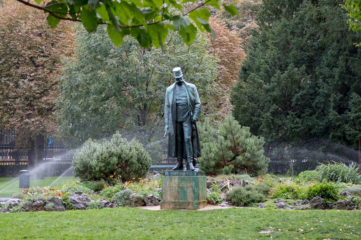 Бронзовая фигура долгожителя императорского трона, Франца Йозефа Первого, - одна из многочисленных скульптур в парке Бурггартен.