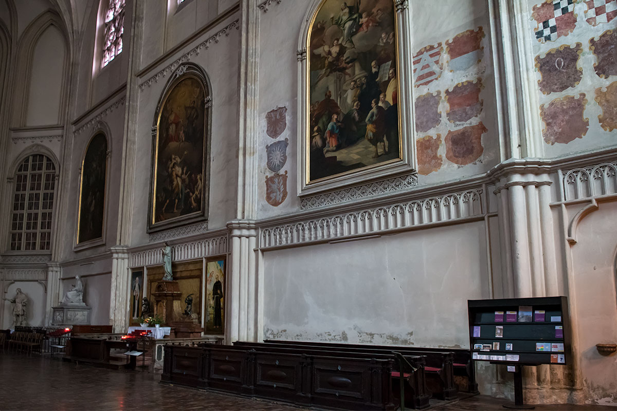 Картины отца и сына Мартино и Бартоломео Альтомонте, памятник либреттисту Пьетро Метастазио в церкви Миноритов принадлежат к мировым шедеврам.