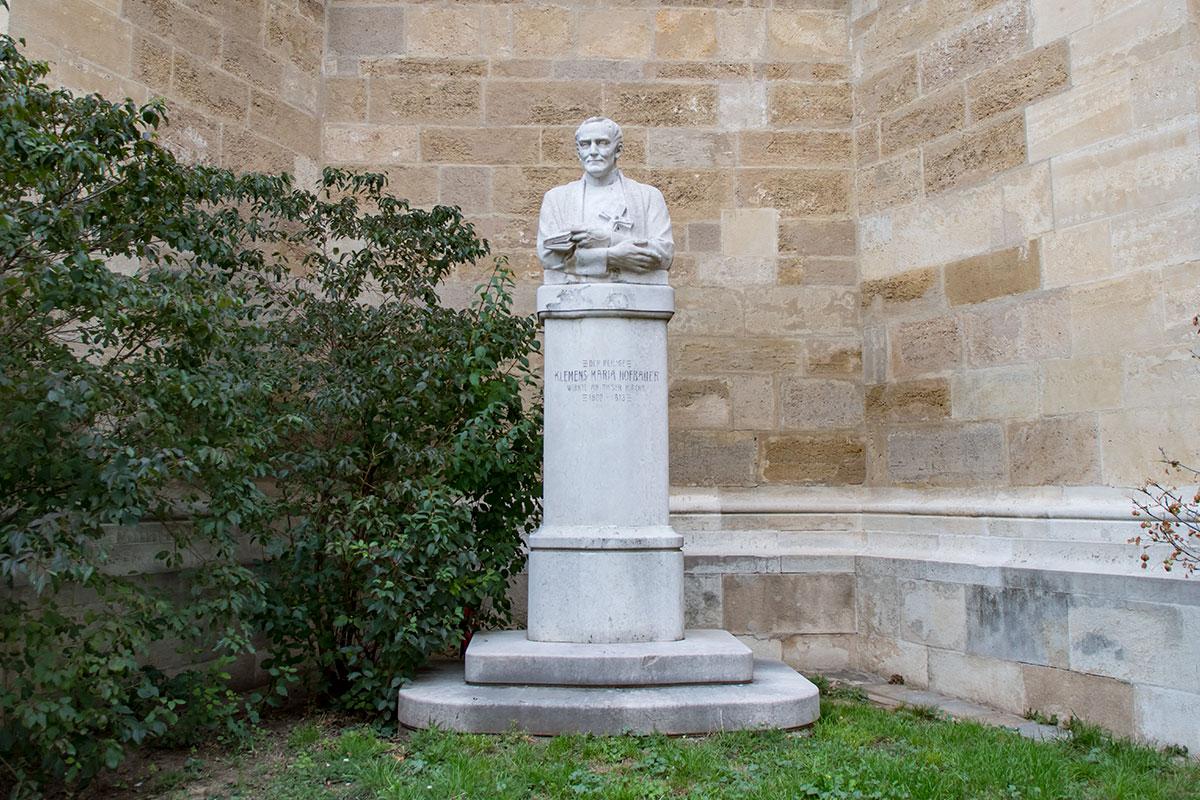 У стены церкви Миноритов установлено несколько памятников. В том числе бывшему настоятелю Клеменсу Мария Хофбауэру, католическому святому.