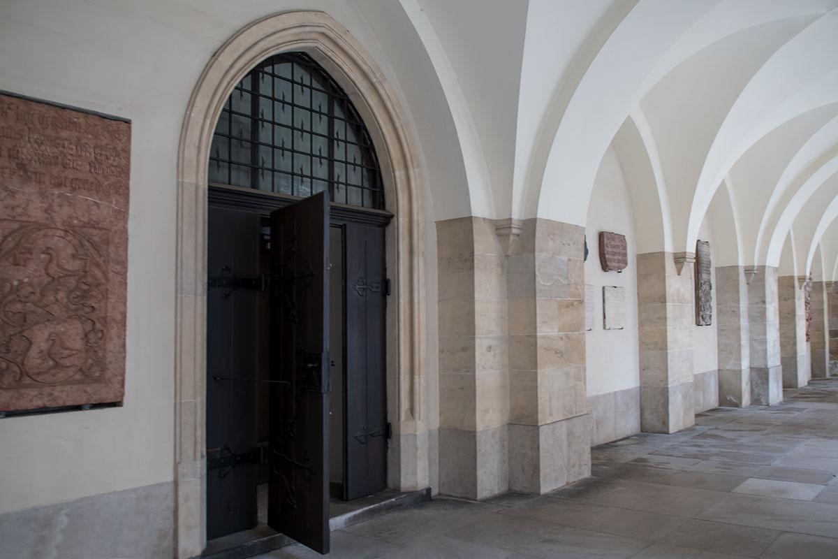 Крытая проходная галерея с южной стороны церкви Миноритов служит местом демонстрации старинных реликвий различных веков.