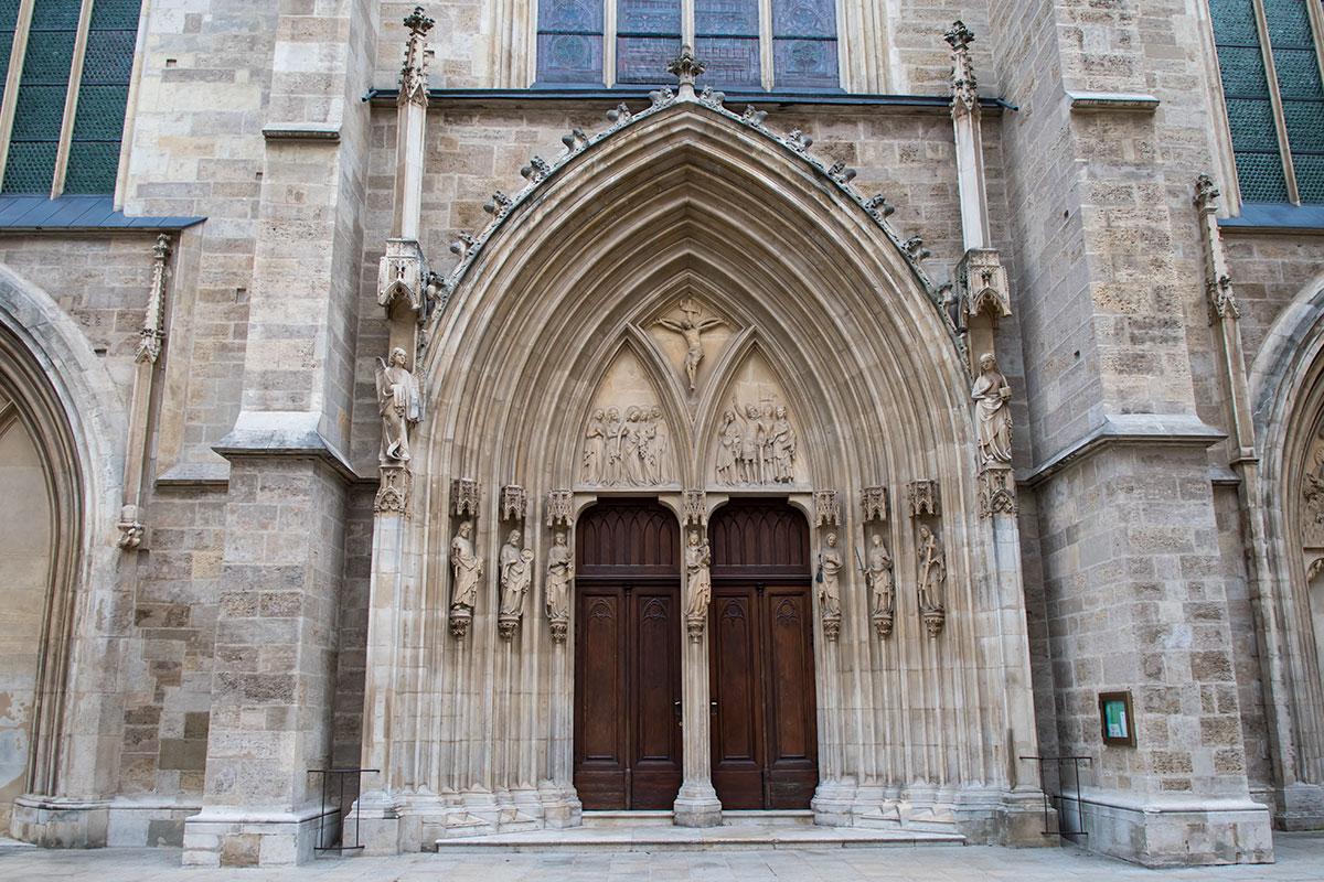 Парадный фасад, которым церковь Миноритов обращена почти строго на запад, обильно украшен архитектурными элементами, скульптурами и барельефами.