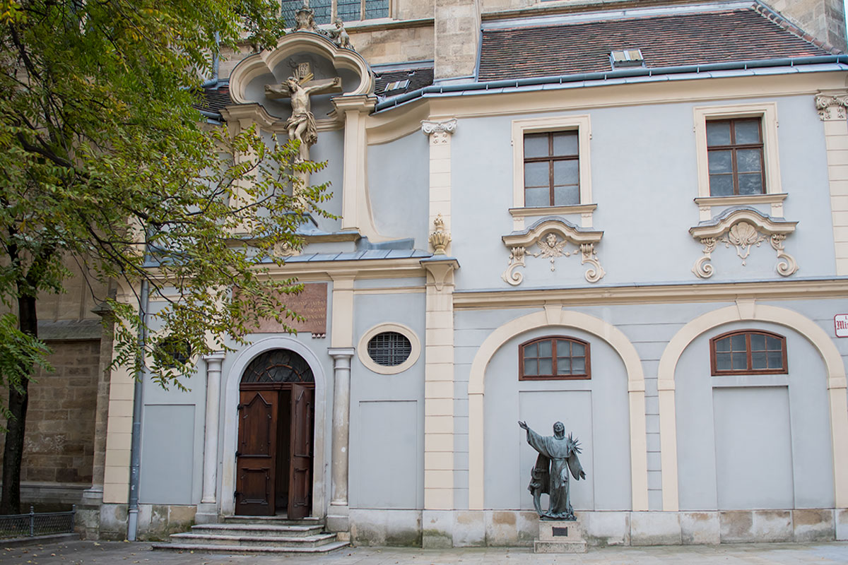 Памятник основателю ордена Франциску Ассизскому воздвигнут возле капеллы Людовика IX Святого церкви Миноритов, построенной стараниями внучки, ставшей герцогиней Австрии.