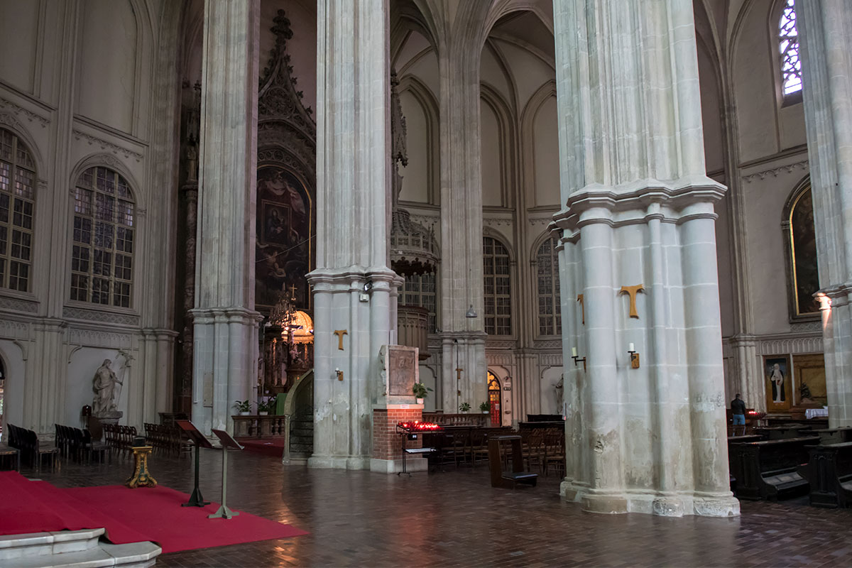 Разделенное на три нефа внутреннее пространство церкви Миноритов декорировано многочисленными произведениями религиозного искусства.