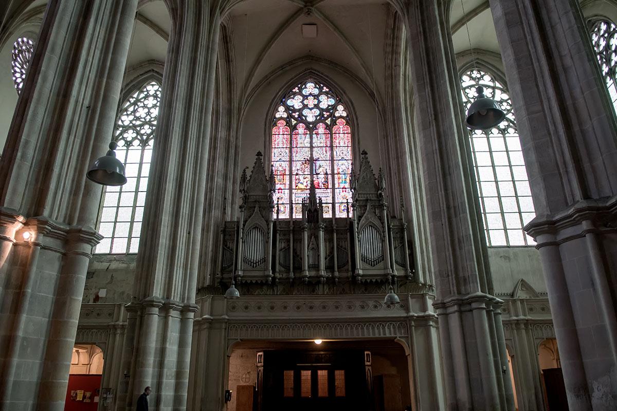 Цветной витраж над храмовым органом в церкви Миноритов изображает сцену предсмертного благословения выдающегося либреттиста Пьетро Метастазио.