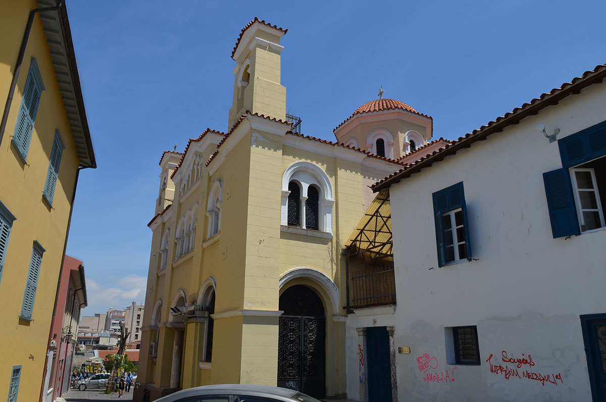 Греческая православная церковь и окрестные дома расположены между двух участков раскопок, на участке очень тесной застройки.