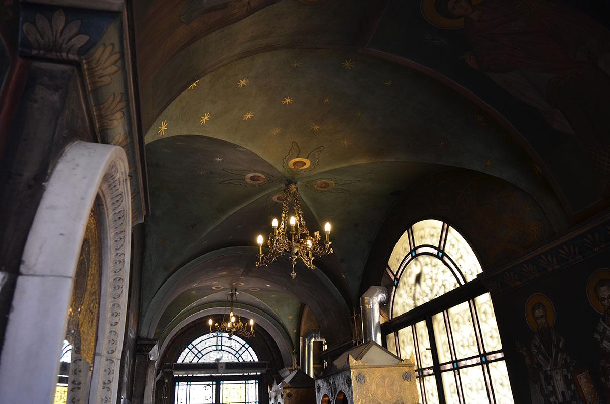 Греческая православная церковь оборудована отдельным помещением с вытяжкой, чтобы копоть свечей не портила старинные фрески.